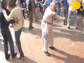 Дед танцует под HARDCOR