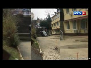 Пьяный водитель застрял на ступеньках лестницы в Сочи