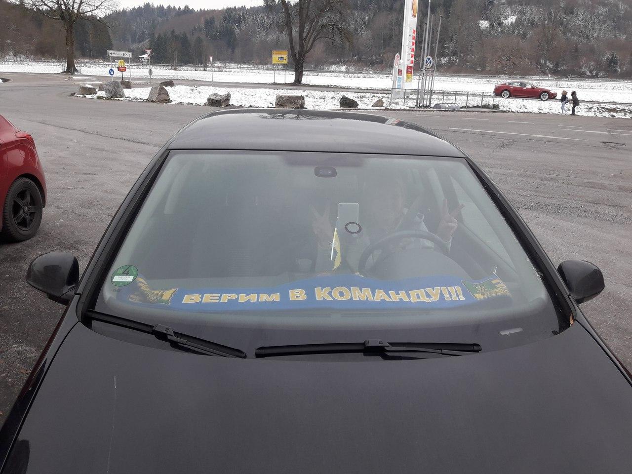 шарф верим в команду под лобовым стеклом машины