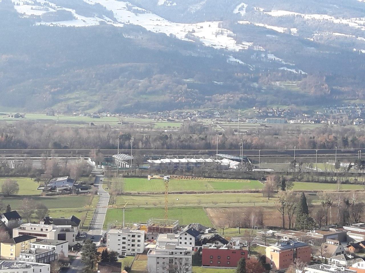 вид на стадион Райнпарк с Замка Вадуц