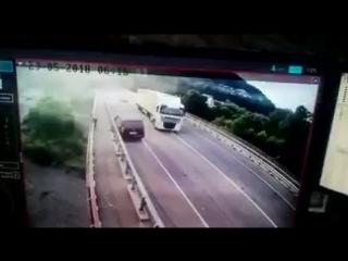 Сочи. 35-летний мужик врезался в ограждение, вылез из машины и спрыгнул с моста