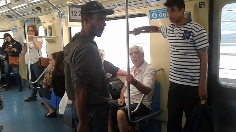 Treta de idosos no metro