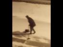 В Норильске зимой парень пылесосит дорогу. :) Проиграл в карты. Декабрь 2017.