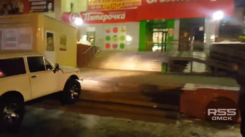 «Нива» в Омске заезжает на крыльцо магазина