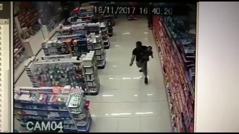 Бразильский полицейский с ребенком на руках застрелил 2 грабителей.