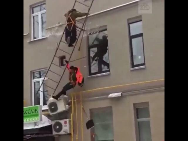 """👊 ЗАКОН КАВКАЗА 📢 on Instagram: """"«В последний путь»: видео о том, как дворники решили почистить крышу и добраться до нее по газовым трубам и пожарн..."""