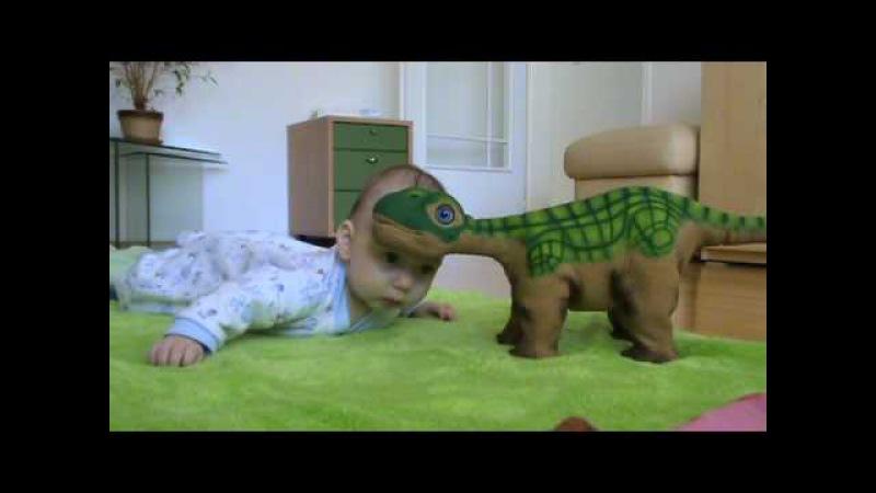 Pleo и малыш