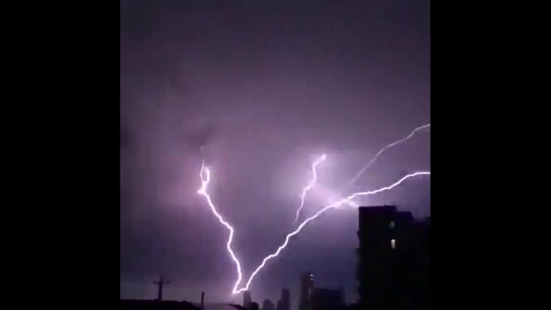 Неповторимя природа. Удар молнии в Австралии