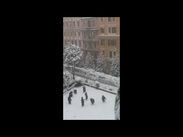 Roma, la battaglia a palle di neve delle suore nel cortile del convento