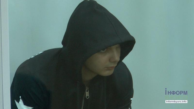 Енгибарян ховає обличчя, а батьки загиблого просять перейти до закритого режиму засідань