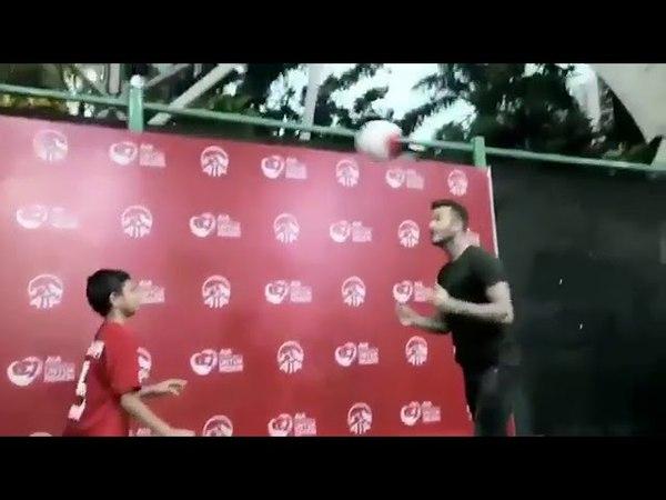 Reno jugling bersama David Beckham ( AIA Sepakbola untuk negeri )