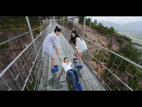 Перепуганные туристы на стеклянном мосту в Китае. Frightened tourists on a glass bridge in China