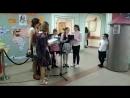 Школа №1366 Учитель и девочки поют на немецком языке