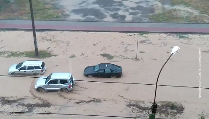 Вести.Ru: Грузинский Рустави затопило: спасатели эвакуируют людей