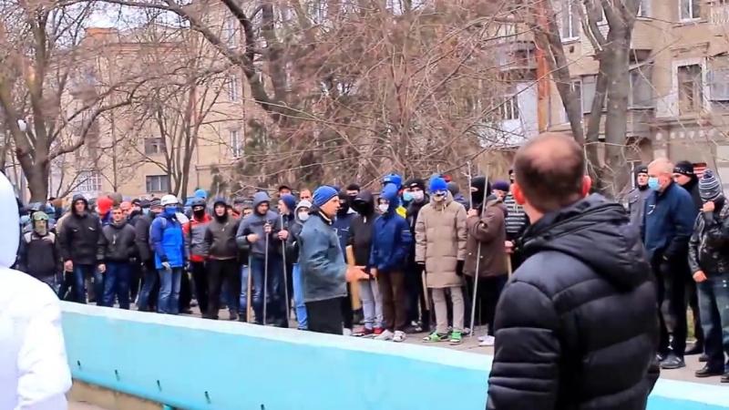 Херсон. 23 февраля, 2014. Самооборона майдана в центре Херсона получает полит. накачку.