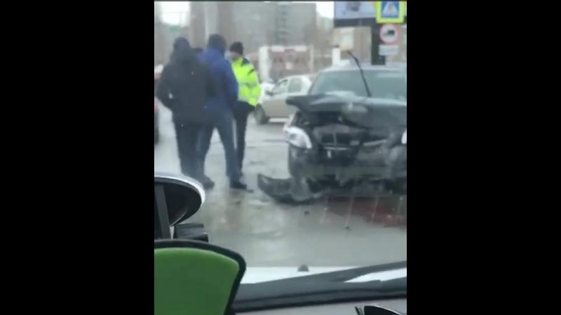 Жукова. Сипайлово на перекрёсток возле Макдоналдс. Тойота и Шевик, кто то кого то не пропустил Видео с места ДТП
