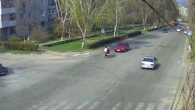 13 04 15 56 Грушевского Звенигородская. Сбили женщину. С телефона резал, потому и качество ппц