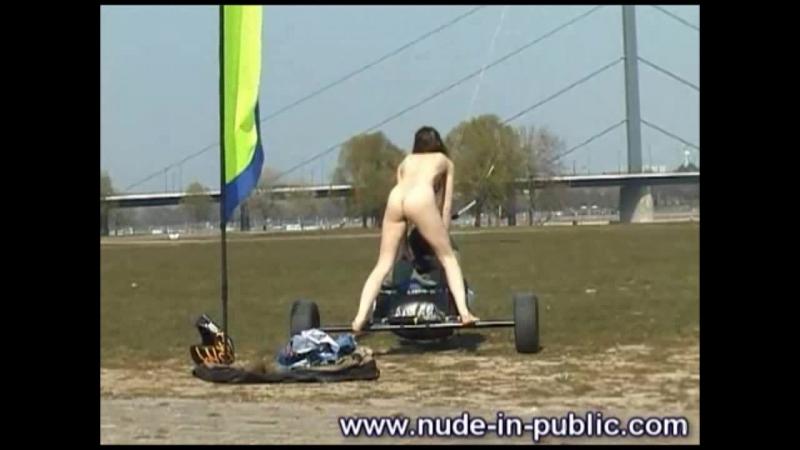 Nude-In-Public_lenklN033500