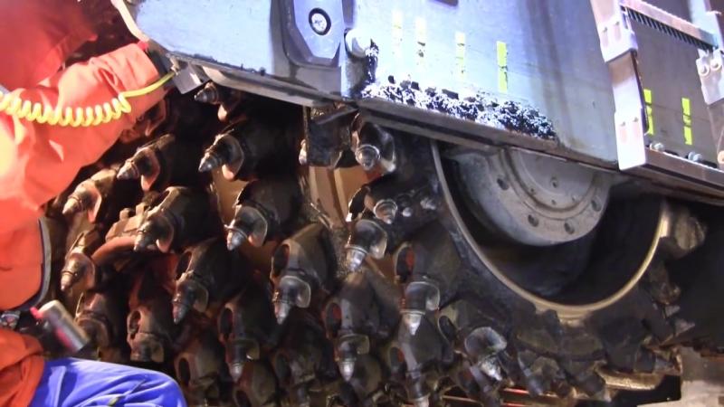 Большая дорожная фреза Wirtgen W 210: Замена резцов на фрезерном барабане ❤