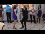 Парень круто отжигает на свадьбе друзей!