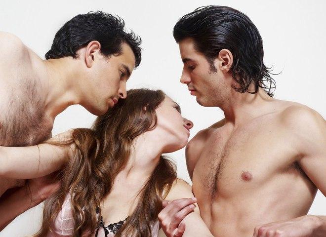 Секс втроём два члена во влагалище недостатки