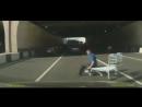 Чудик с тележкой на дороге. Видео прикол