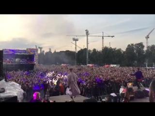 300 тысяч человек хором поют трек