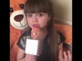 Маленькая девочка поет песню Между нами любовь