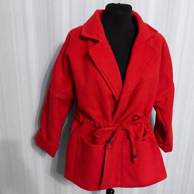 Укороченное драповое пальто в сочном красном цвете