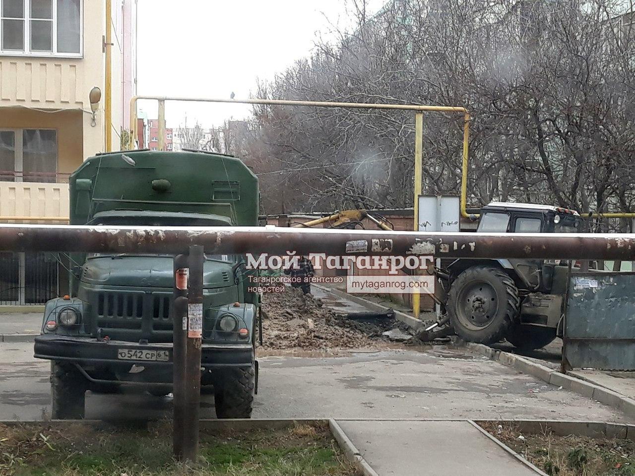 В Таганроге мусоровозка провалилась в асфальт