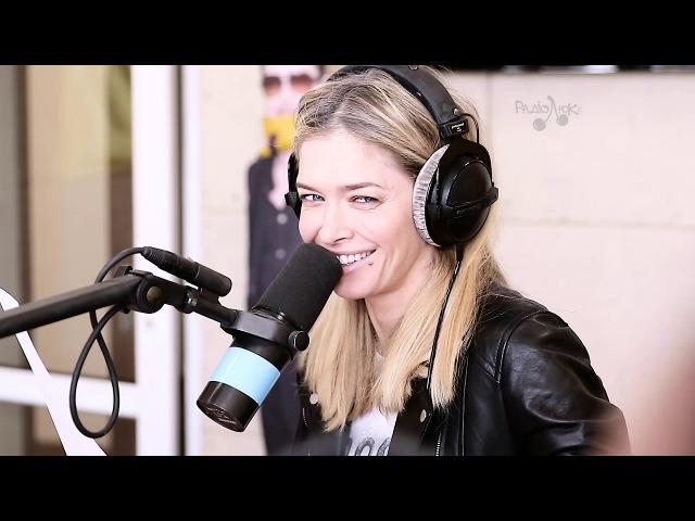 Вера Брежнева эротично исполнила свою песню на радио Люкс ФМ в программе Зарядка 12 03 2018 г