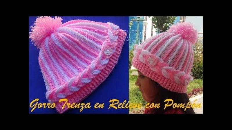 Gorro a crochet para niñas en punto trenza en relieve con pompón