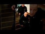 Похвала указывает путь, порицание подметает лестницу. Полицейский помогает инвалиду в метро.