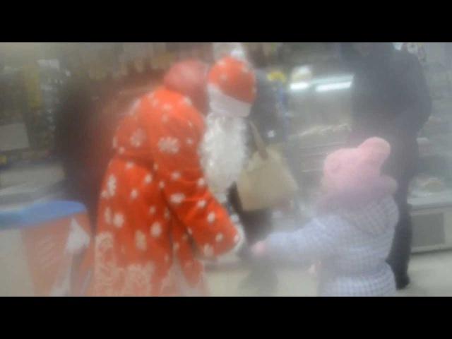 Голый Дед мороз на улицах города