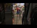Зажигательный танец человека-паука в магазине.