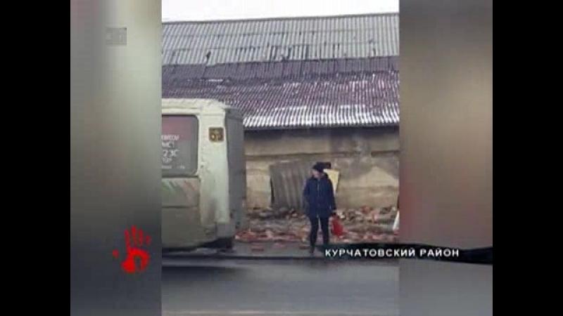 Первое видео с места ЧП. На Комсомольском проспекте рухнула часть кирпичного забора