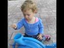 Маруся поливает сад