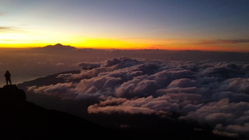 Бали. Рассвет с вершины вулкана Агунг.