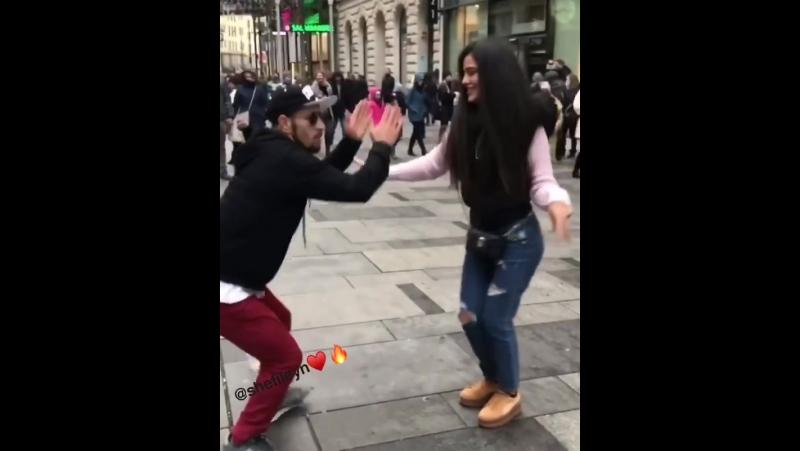 Симпа танцует