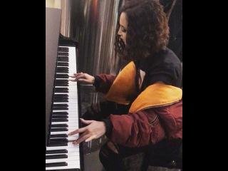 Ольга Бузова играет на фортепиано для своих любимых поклонников