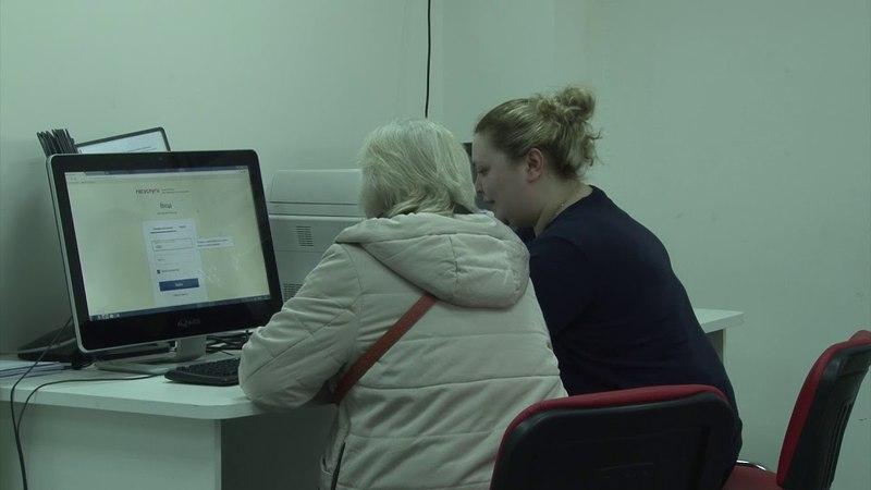 Сотрудники МФЦ помогают неопытным пользователям подать документы не выходя из дома.