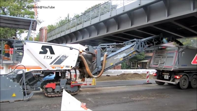 Дорожная фреза Wirtgen W 220 фирмы SAT Strassensanierung срезает старый асфальт на улицах