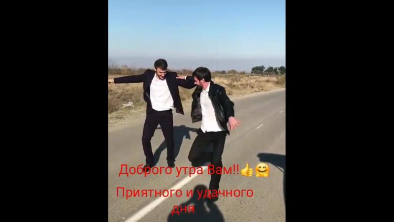парни круто танцует