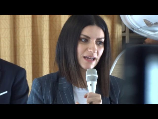 Laura Pausini conferenza stampa sull'aereo @laurapausini @alitalia