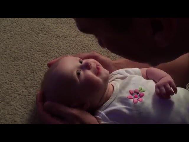 Папа поет новорожденной дочке Ты так прекрасна