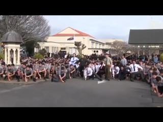 Студенты исполняют мощный танец Хака как дань уважения на похоронах любимого учителя