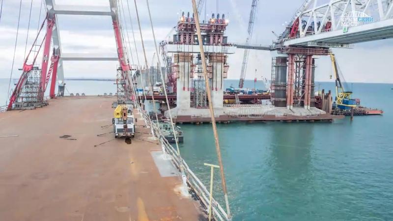 В Керченском проливе завершилась морская операция по установке автодорожной арки Крымского моста. Она длилась 54 часа.