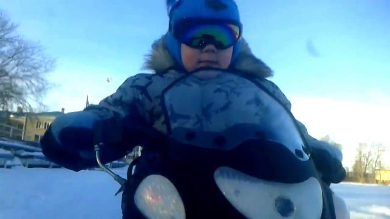 Детский снегоход Умка и его водитель.Малмыж.Стадион. (муз.сопровождение)