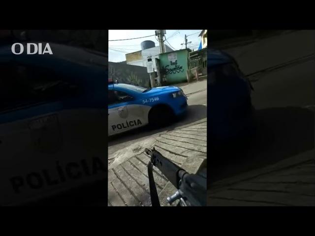 PMs passam por traficantes armados em favela da Zona Norte