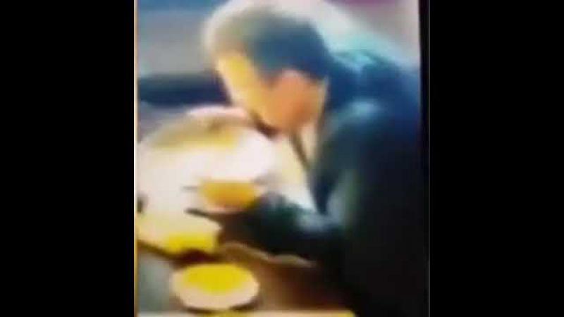 Антон Геращенко лижет тарелку